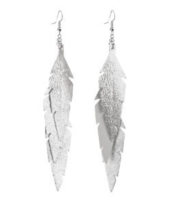 Midi Feathers Feathers in glitter silver are beautiful and lightweight (Only 6 g!) eye-catching (14.5cm) and very comfortable leather earrings. Thanks to their user-friendly chain these earrings can be worn even with a scarf or a turtleneck shirt.
