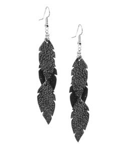 Petite Feathers Feathers in glitter back are eye-catching earrings (length 11.5cm) that can be worn even with a scarf or a turtleneck shirt. Light as a feather earrings from luxurious Italian goat leather, which look gorgeous on anyone regardless of the length of their neck.