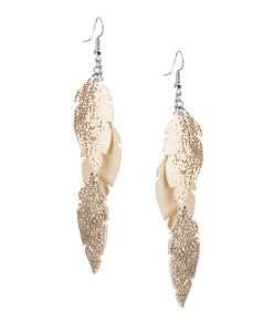 Petite Feathers Feathers in glitter rose gold are eye-catching earrings (length 11.5cm) that can be worn even with a scarf or a turtleneck shirt. Light as a feather earrings from luxurious Italian goat leather, which look gorgeous on anyone regardless of the length of their neck.