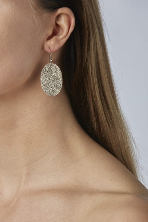 Bubbles Petite Earrings glitter gold are timeless, but playful. Made of luxurious Italian goat leather, so even the size (5cm) is eye-catching they are also lightweight (only 3g). Experience Bubbles Petite Earrings , it suits all ages.